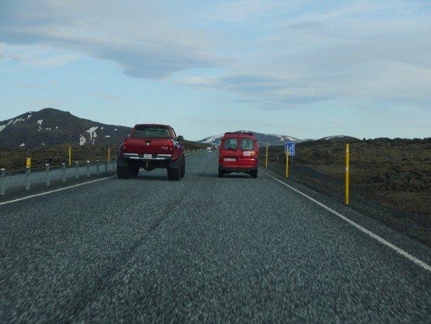 Po lewej auto do jazdy szutrowej po bezdrożach, po prawej auto do jazdy po drodze nr 1