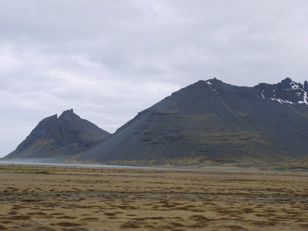 Góry pokryte popiołem wulkanicznym